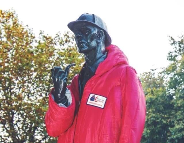 Estátua de Sherlock ganha casaco em campanha de arrecadação de roupas de Londres